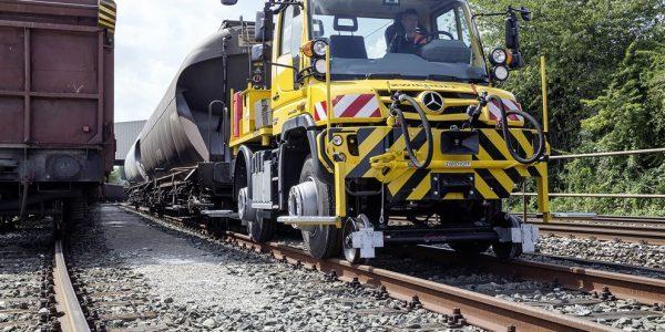 mercedes-unimog-road-railer-goes-from-truck-to-diesel-locomotive-photo-gallery-87041_1 (992 x 661)